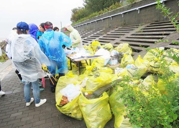 世界清洁日:500人到上海海滩捡垃圾 参与环保行动